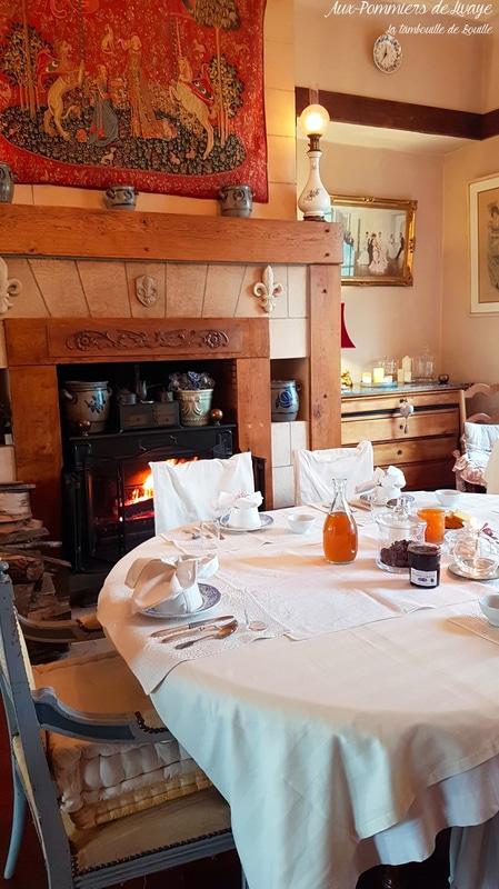 cheminée-repas-chambre-hôte-normandie